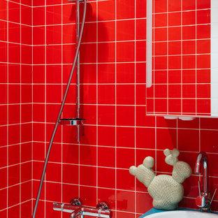 Выдающиеся фото от архитекторов и дизайнеров интерьера: маленькая главная ванная комната в современном стиле с плоскими фасадами, бирюзовыми фасадами, красной плиткой, керамической плиткой, столешницей из дерева, ванной в нише, душем над ванной и накладной раковиной