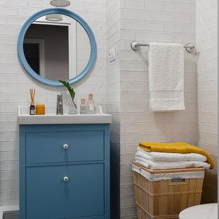 Свежая идея для дизайна: маленькая ванная комната в стиле неоклассика (современная классика) с плоскими фасадами, синими фасадами, белой плиткой, синим полом, плиткой кабанчик, белыми стенами, белой столешницей, тумбой под одну раковину и напольной тумбой - отличное фото интерьера
