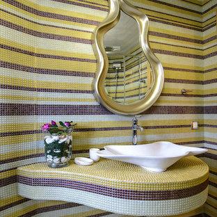Foto di una piccola stanza da bagno con doccia eclettica con piastrelle multicolore, piastrelle a mosaico, pareti multicolore, lavabo a bacinella, top piastrellato, pavimento beige e top multicolore