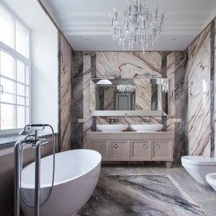 Свежая идея для дизайна: ванная комната в классическом стиле с фасадами островного типа, бежевыми фасадами, отдельно стоящей ванной, инсталляцией, душевой кабиной, настольной раковиной, разноцветным полом и бежевой столешницей - отличное фото интерьера