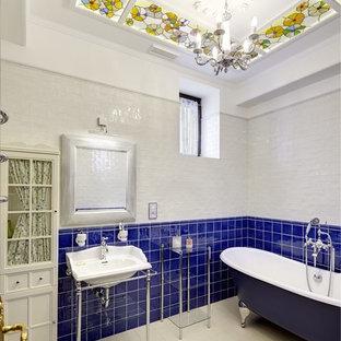 Создайте стильный интерьер: главная ванная комната в классическом стиле с ванной на ножках, синей плиткой и консольной раковиной - последний тренд
