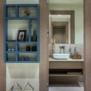 Неиссякаемый источник вдохновения для домашнего уюта: ванная комната среднего размера в современном стиле с плоскими фасадами, фасадами цвета дерева среднего тона, бежевой плиткой, керамогранитной плиткой, полом из керамогранита, настольной раковиной и столешницей из искусственного кварца