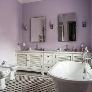 Esempio di una stanza da bagno padronale chic con ante a persiana, ante bianche, WC a due pezzi, pareti viola, lavabo sottopiano e pavimento multicolore