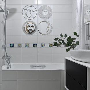 Стильный дизайн: ванная комната среднего размера в современном стиле с плоскими фасадами, черными фасадами, душем в нише, белой плиткой, керамогранитной плиткой, полом из керамогранита, душевой кабиной, настольной раковиной, серым полом, шторкой для душа, белой столешницей, тумбой под одну раковину и подвесной тумбой - последний тренд