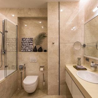 Свежая идея для дизайна: главная ванная комната в современном стиле с плоскими фасадами, белыми фасадами, ванной в нише, душем над ванной, инсталляцией, бежевой плиткой, накладной раковиной и бежевым полом - отличное фото интерьера