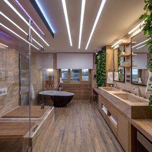 Стильный дизайн: ванная комната в современном стиле с отдельно стоящей ванной, коричневым полом и коричневой плиткой - последний тренд