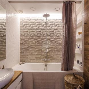 Идея дизайна: ванная комната в современном стиле с плоскими фасадами, белыми фасадами, накладной ванной, душем над ванной, инсталляцией, белой плиткой, плиткой мозаикой, белыми стенами, душевой кабиной, настольной раковиной, столешницей из дерева, коричневым полом и шторкой для душа