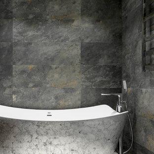 Стильный дизайн: главная ванная комната среднего размера в современном стиле с отдельно стоящей ванной, инсталляцией, серой плиткой, керамогранитной плиткой, полом из керамогранита, столешницей из искусственного камня и серым полом - последний тренд