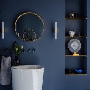 Идея дизайна: ванная комната в современном стиле с синими стенами и монолитной раковиной