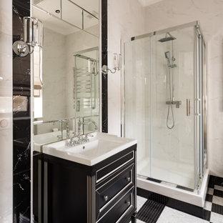 Свежая идея для дизайна: большая главная ванная комната в классическом стиле с черными фасадами, угловым душем, серой плиткой, монолитной раковиной, разноцветным полом, душем с распашными дверями, белой столешницей и фасадами с утопленной филенкой - отличное фото интерьера
