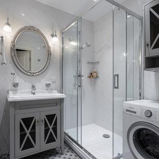 Неиссякаемый источник вдохновения для домашнего уюта: маленькая ванная комната в стиле современная классика с стеклянными фасадами, серыми фасадами, угловым душем, белой плиткой, керамической плиткой, полом из керамической плитки, душевой кабиной, серым полом, душем с раздвижными дверями и консольной раковиной
