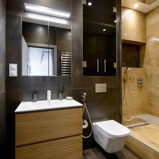 Свежая идея для дизайна: ванная комната в современном стиле с плоскими фасадами, светлыми деревянными фасадами, душем в нише, инсталляцией, коричневой плиткой, душевой кабиной, накладной раковиной и коричневым полом - отличное фото интерьера
