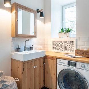 Стильный дизайн: маленькая ванная комната в современном стиле с плоскими фасадами, светлыми деревянными фасадами, белой плиткой, белыми стенами, душевой кабиной, настольной раковиной, разноцветным полом, белой столешницей, тумбой под одну раковину и подвесной тумбой - последний тренд