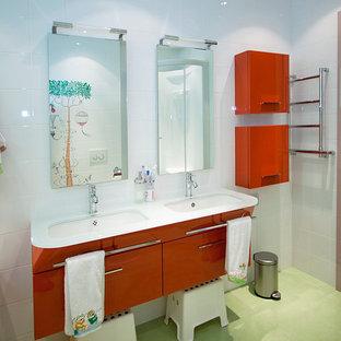 Idee per una stanza da bagno per bambini eclettica di medie dimensioni con ante lisce, ante rosse, vasca da incasso, WC sospeso, piastrelle multicolore, piastrelle in ceramica, pareti multicolore, pavimento con piastrelle in ceramica, lavabo rettangolare, top in vetro, pavimento verde e top bianco