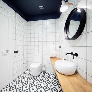 Diseño de cuarto de baño con ducha, escandinavo, con sanitario de dos piezas, baldosas y/o azulejos blancos, lavabo sobreencimera, encimera de madera, suelo multicolor y encimeras beige