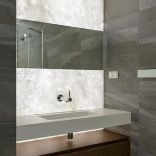 На фото: ванная комната в современном стиле с серой плиткой, монолитной раковиной и серым полом