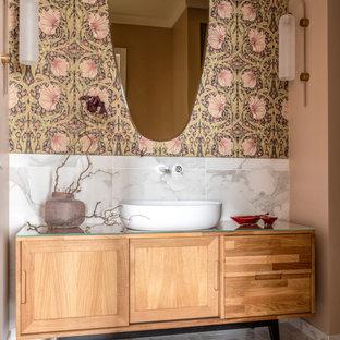 Неиссякаемый источник вдохновения для домашнего уюта: ванная комната среднего размера в стиле современная классика с фасадами островного типа, фасадами цвета дерева среднего тона, белой плиткой, розовыми стенами, настольной раковиной, стеклянной столешницей и белым полом