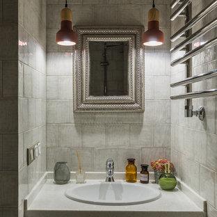 На фото: маленькая ванная комната в стиле современная классика с плоскими фасадами, белыми фасадами, серой плиткой, керамической плиткой, столешницей из искусственного камня и накладной раковиной с