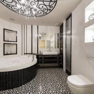 Пример оригинального дизайна интерьера: главная ванная комната в классическом стиле с черными фасадами, инсталляцией, черно-белой плиткой, белыми стенами, душем в нише, настольной раковиной и гидромассажной ванной