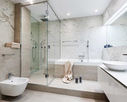 salle de bain avec une baignoire pos e et un bidet photos et id es d co de salles de bain. Black Bedroom Furniture Sets. Home Design Ideas