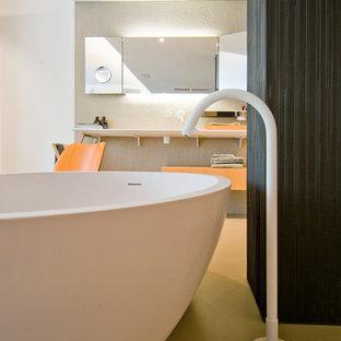 Стильный дизайн: большая главная ванная комната в современном стиле с отдельно стоящей ванной, белой плиткой, керамогранитной плиткой, белыми стенами, полом из керамогранита, монолитной раковиной, столешницей из плитки, бежевым полом и бежевой столешницей - последний тренд