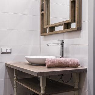 Стильный дизайн: ванная комната среднего размера в стиле современная классика с белой плиткой, керамогранитной плиткой, столешницей из дерева, открытыми фасадами и настольной раковиной - последний тренд