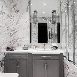 Новый формат декора квартиры: главная ванная комната среднего размера в стиле современная классика с фасадами с утопленной филенкой, серыми фасадами, ванной в нише, комбинацией ванны с душем, врезной раковиной, серой плиткой, серыми стенами, серым полом и душем с раздвижными дверями