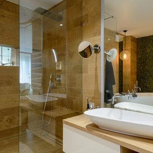 Удачное сочетание для дизайна помещения: главная ванная комната в современном стиле с плоскими фасадами, белыми фасадами, душем без бортиков, коричневой плиткой, настольной раковиной, серым полом и открытым душем - самое интересное для вас