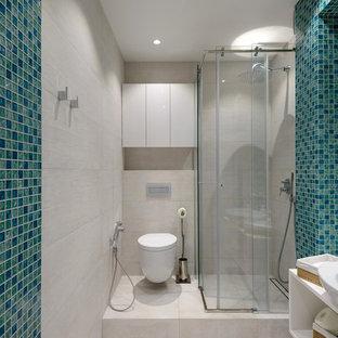 На фото: ванная комната в современном стиле с открытыми фасадами, угловым душем, инсталляцией, синей плиткой, бежевой плиткой, плиткой мозаикой, душевой кабиной, настольной раковиной, бежевым полом и душем с раздвижными дверями с