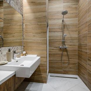 Стильный дизайн: ванная комната в современном стиле с плоскими фасадами, фасадами цвета дерева среднего тона, душевой комнатой, коричневыми стенами, монолитной раковиной, белым полом, открытым душем и белой столешницей - последний тренд