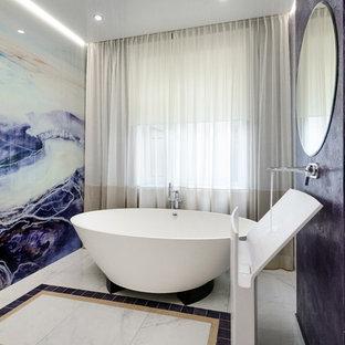 Стильный дизайн: ванная комната в современном стиле с отдельно стоящей ванной, монолитной раковиной и белым полом - последний тренд