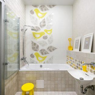 Свежая идея для дизайна: ванная комната в современном стиле с накладной ванной, душем над ванной, серой плиткой, белой плиткой, желтой плиткой, подвесной раковиной, бежевым полом, душем с распашными дверями и белой столешницей - отличное фото интерьера