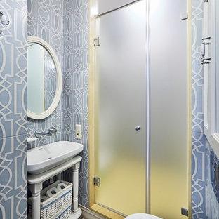 Идея дизайна: ванная комната в стиле современная классика с открытыми фасадами, душем в нише, инсталляцией, синей плиткой, белой плиткой, душевой кабиной, настольной раковиной и душем с распашными дверями