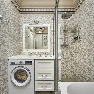Стильный дизайн: главная ванная комната в классическом стиле с фасадами с утопленной филенкой, белыми фасадами, бежевой плиткой, серой плиткой, бежевым полом, белой столешницей и угловым душем - последний тренд