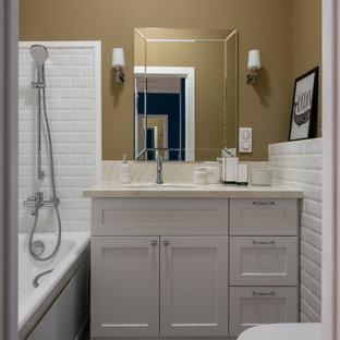 На фото: главные ванные комнаты в стиле современная классика с фасадами в стиле шейкер, серыми фасадами, ванной в нише, душем над ванной, белой плиткой, коричневыми стенами, врезной раковиной, серым полом, бежевой столешницей, плиткой кабанчик и открытым душем