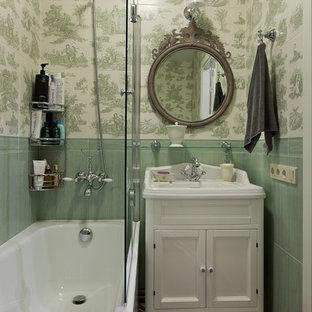 Неиссякаемый источник вдохновения для домашнего уюта: маленькая главная ванная комната в стиле современная классика с фасадами в стиле шейкер, белыми фасадами, ванной в нише, душем над ванной, зеленой плиткой и разноцветным полом