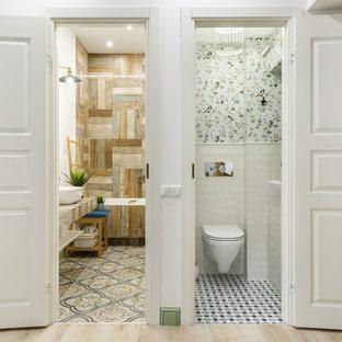 Идея дизайна: ванная комната в скандинавском стиле с ванной в нише, душем над ванной, инсталляцией, белой плиткой, белыми стенами, консольной раковиной, столешницей из дерева, разноцветным полом, шторкой для ванной, коричневой столешницей и унитазом