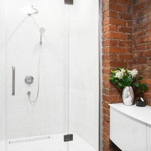 Идея дизайна: ванная комната в стиле лофт с плоскими фасадами, белыми фасадами, душем в нише, коричневыми стенами, душевой кабиной, разноцветным полом, белой столешницей, полом из керамической плитки и душем с распашными дверями