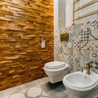 На фото: ванная комната среднего размера в средиземноморском стиле с угловым душем, инсталляцией, серой плиткой, керамогранитной плиткой, серыми стенами, полом из керамогранита, настольной раковиной, столешницей из дерева, серым полом, душем с раздвижными дверями и душевой кабиной