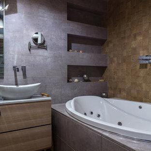 Imagen de cuarto de baño contemporáneo con jacuzzi, baldosas y/o azulejos de porcelana, paredes grises, suelo de madera pintada y suelo marrón