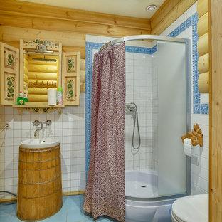 Immagine di una stanza da bagno con doccia stile rurale con doccia ad angolo, piastrelle bianche, lavabo da incasso, pavimento blu e doccia con tenda