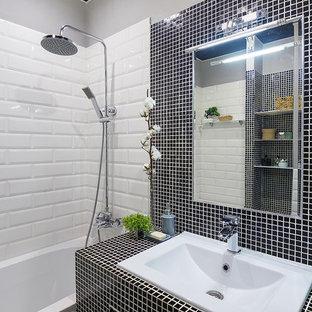 Esempio di una piccola stanza da bagno padronale industriale con ante lisce, ante in legno bruno, vasca ad alcova, doccia aperta, piastrelle bianche, piastrelle a listelli, pareti grigie, pavimento in gres porcellanato, lavabo sottopiano, pavimento nero e top nero