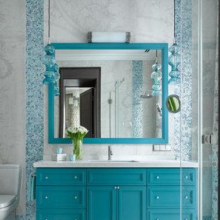 На фото: ванные комнаты в современном стиле с фасадами с утопленной филенкой, бирюзовыми фасадами, врезной раковиной, серым полом, белой столешницей и тумбой под одну раковину