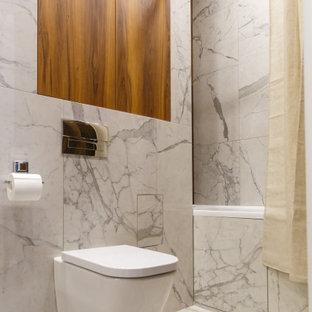 На фото: главная ванная комната в современном стиле с инсталляцией, белым полом и шторкой для ванной