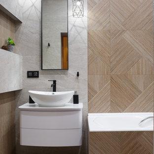 Modernes Duschbad mit flächenbündigen Schrankfronten, weißen Schränken, beigefarbenen Fliesen, beiger Wandfarbe, hellem Holzboden, beigem Boden, weißer Waschtischplatte und Aufsatzwaschbecken in Sonstige