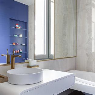 Свежая идея для дизайна: ванная комната в современном стиле с белыми фасадами, накладной ванной, настольной раковиной и синим полом - отличное фото интерьера