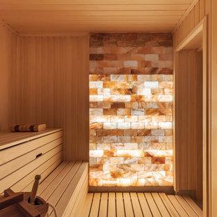 サンクトペテルブルクの中サイズのカントリー風おしゃれなサウナ (オープンシェルフ、茶色いキャビネット、段差なし、ベージュのタイル、磁器タイル、ベージュの壁、磁器タイルの床、ガラスの洗面台、ベージュの床、オープンシャワー、白い洗面カウンター) の写真