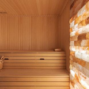 Foto på ett mellanstort lantligt vit bastu, med öppna hyllor, bruna skåp, en kantlös dusch, beige kakel, porslinskakel, beige väggar, klinkergolv i porslin, bänkskiva i glas, beiget golv och med dusch som är öppen