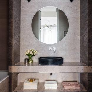 Неиссякаемый источник вдохновения для домашнего уюта: главная ванная комната в современном стиле с открытыми фасадами, настольной раковиной, серым полом, накладной ванной, бежевой плиткой, бежевыми стенами и бежевой столешницей
