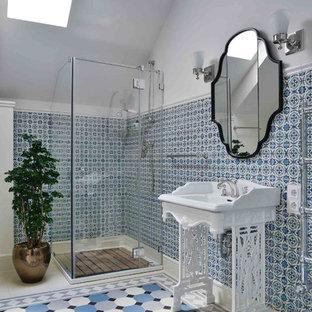 На фото: большая ванная комната в классическом стиле с угловым душем, синей плиткой, белой плиткой, белыми стенами, душевой кабиной, консольной раковиной, душем с распашными дверями и зелеными фасадами с